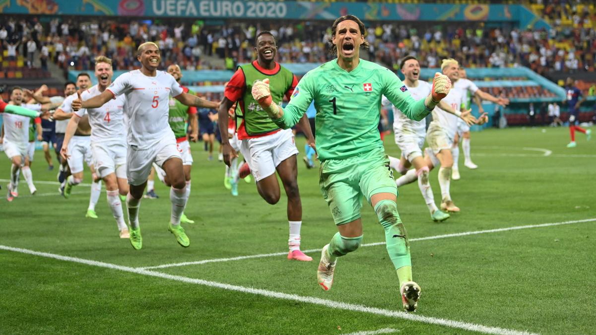 Вратарь сборной Швейцарии Ян Зоммер празднует победу над Францией. Фото: REUTERS