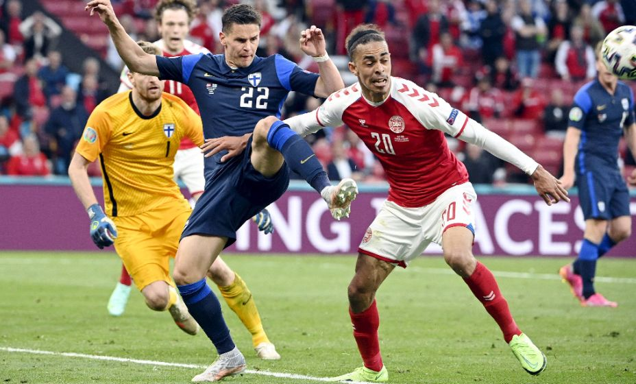 Нападающий датчан Юссуф Поульсен борется за мяч. Фото: Global Look Press