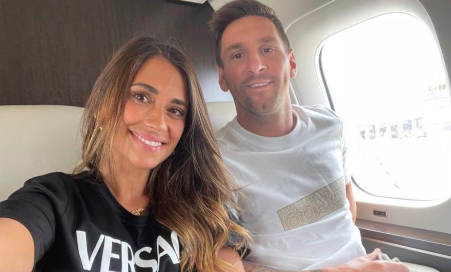 Месси с женой фотографируются на борту самолета, который держит курс на Париж. Фото: Твиттер Фабрицио Романо