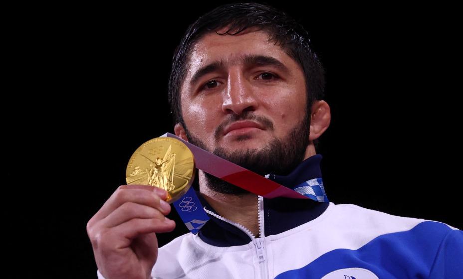 Борец Абдулрашид Садулаев стал знаменосцем сборной России на закрытии Олимпиады-2020. Фото: Reuters