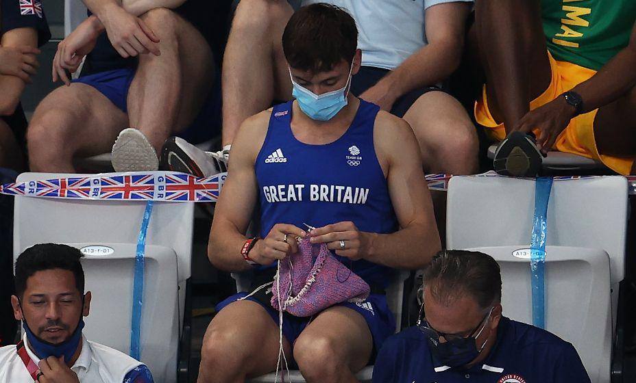 Британский олимпийский чемпион Том Дэйли на трибунах не расставался со спицами. Фото: Twitter
